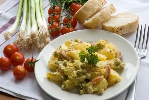 Картофельный салат с горошком и кинзой
