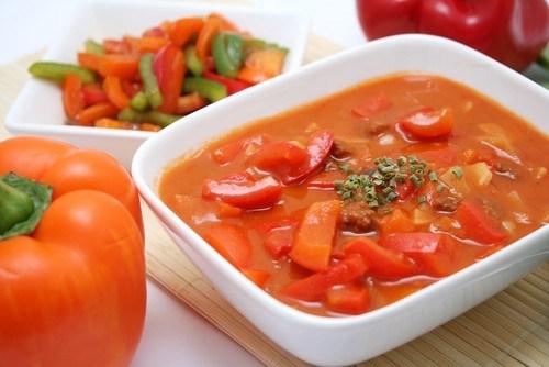 Тушеные разноцветные перцы с тимьяном и чесноком