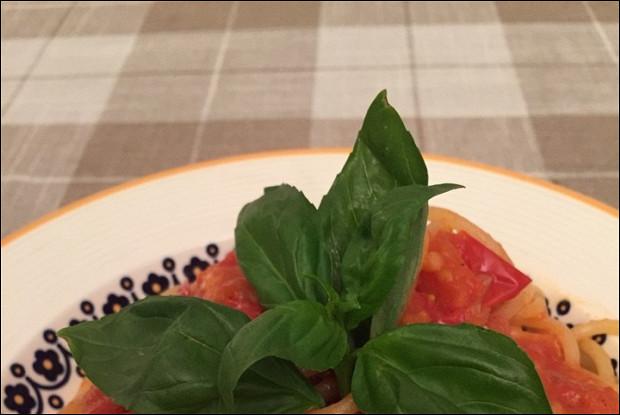 Спагетти с помидором и базиликом