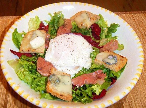Теплый салат с пармской ветчиной, яйцом пашот и козьим сыром
