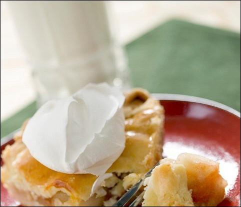 Имбирно-абрикосовый пирог с орехами и сливочной глазурью