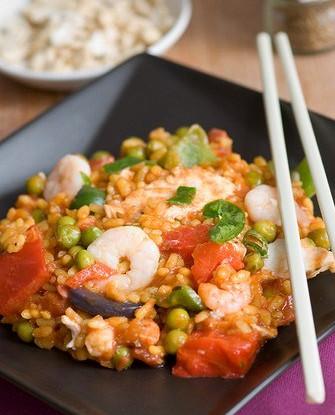 Жареные курица и креветки со сладкой кукурузой, грибами и рисом