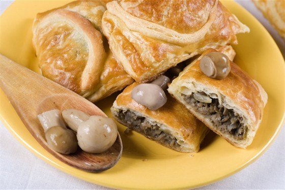 Слоеный пирог с куртом и грибами