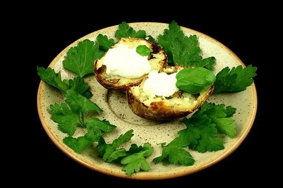 Запеченые половинки картофеля с листьями петрушки