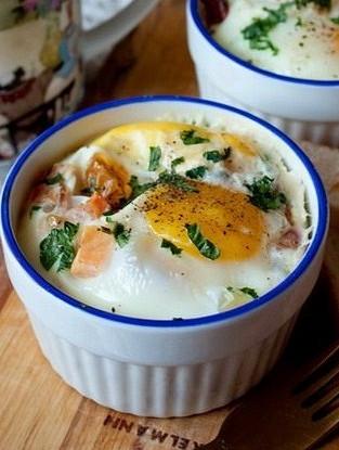 Запеченные яйца с беконом и томатами