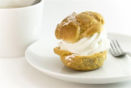 Пирожное со взбитыми сливками и заварным кремом