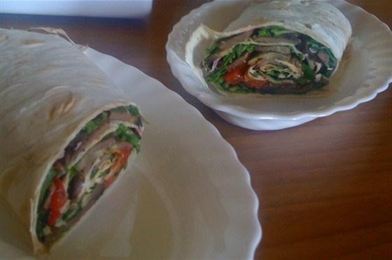 Ролл-сэндвич с языком, рукколой и шампиньонами