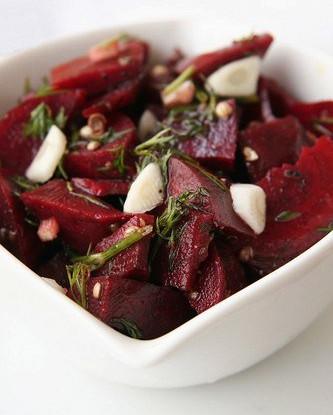Теплый салат из запеченой свеклы с укропом