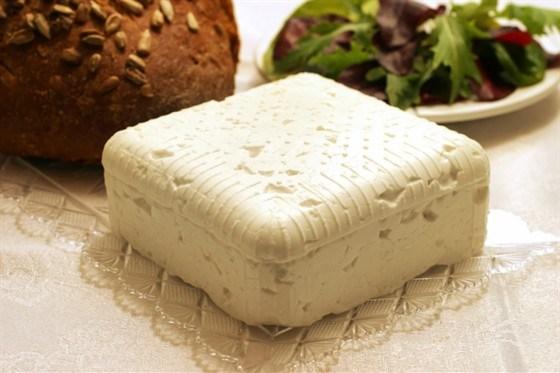 Салат с травами и теплым козьим сыром