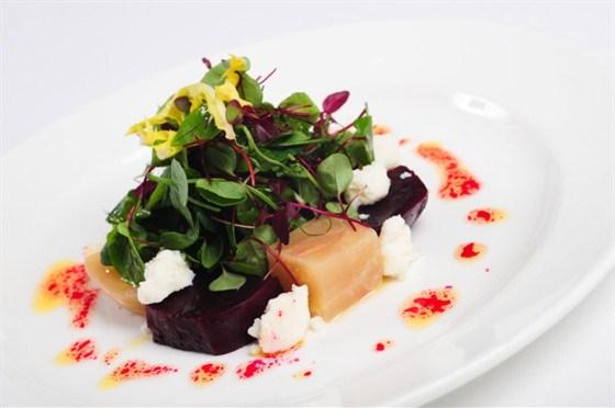 Салат из печеной свеклы с рукколой, мангольдом и козьим сыром