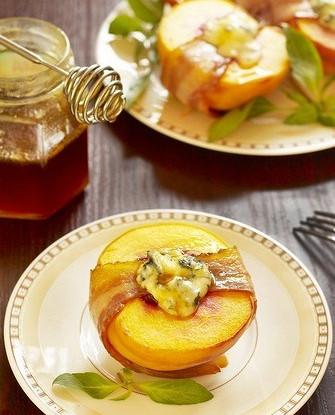 Персики с сыром в беконе