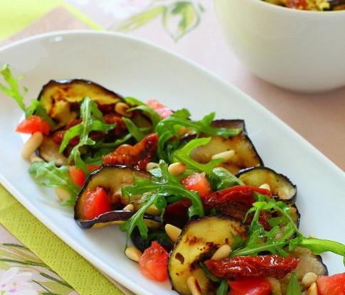 Теплый салат из баклажанов на гриле с черри и зеленью