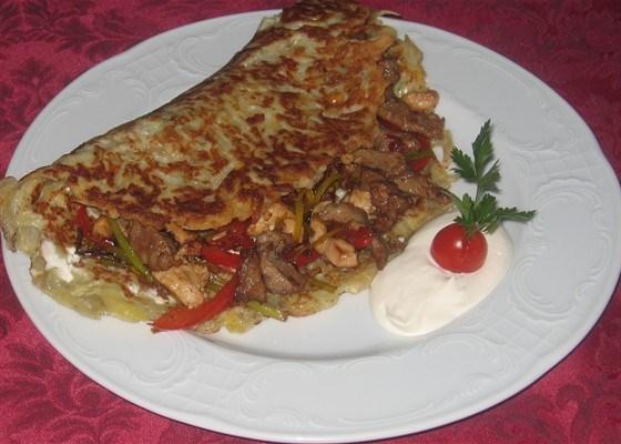 Картофельная лепешка с мясом и овощами