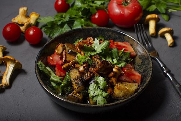 Салат с лисичками, баклажанами и кинзой