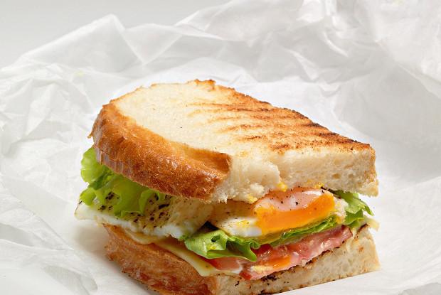 Сэндвич с яичницей, беконом и сыром
