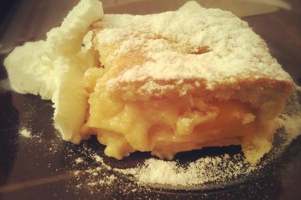 Пирог с персиками и пломбиром