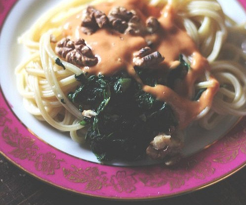 Паста со шпинатом и соусом из фасоли