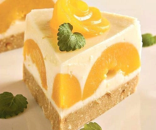 Нежный пирог с йогуртом и персиками