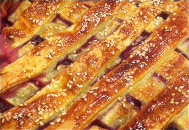 Слоеный вишневый пирог из бездрожжевого теста