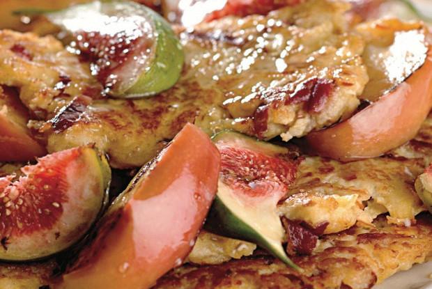 Оладьи из ароматных яблок с инжиром