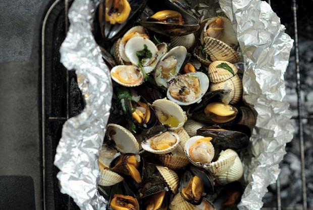 Моллюски с шафраном, запеченные в фольге