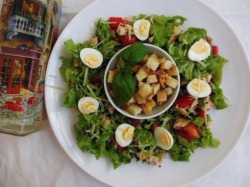 Теплый салат с курицей и киви