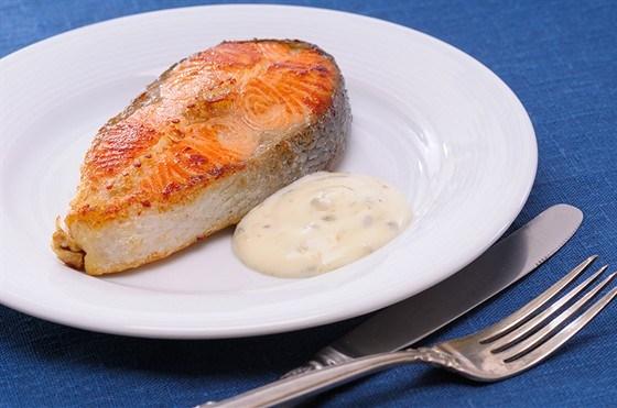 Закуска из лосося с соусом тартар и розовым перцем