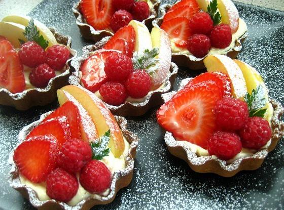 Фруктовые пирожные с сыром маскарпоне и белым шоколадом