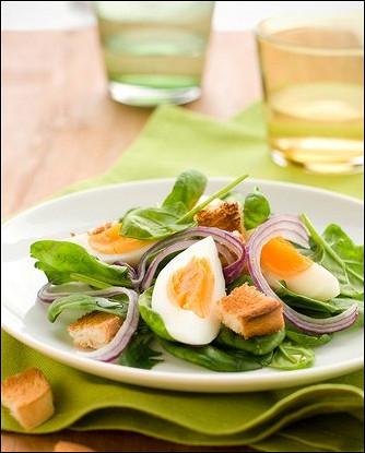 Теплый салат из шпината с чесночными гренками