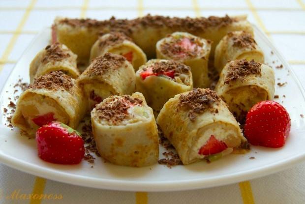 Легкие сладкие роллы с творожно-фруктовой начинкой