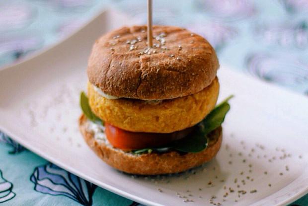 Вегетарианский бургер из нута с соусом из йогурта