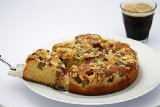 Пирог с ревенем и фундуком