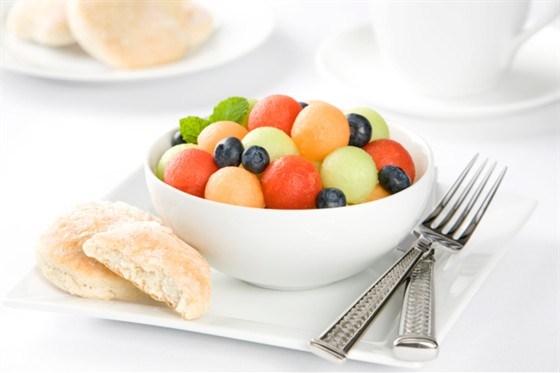 Салат из дыни, арбуза и черники