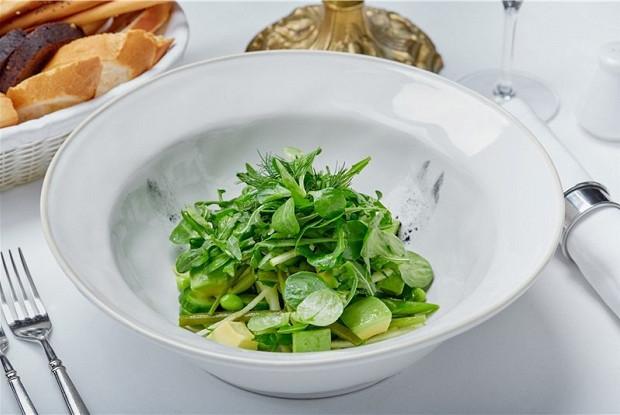 Зеленые листья салата с авокадо, спаржей и стручковой фасолью