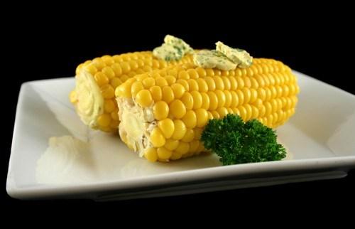 Вареная кукуруза с петрушкой