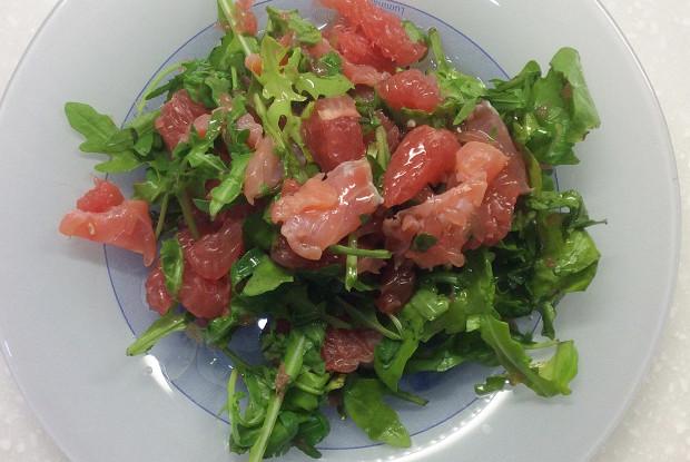 Легкий салат с рукколой, семгой и грейпфрутом