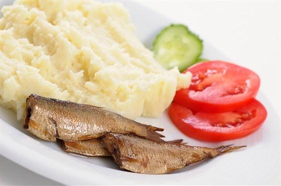 Анчоусы или кильки с картофелем