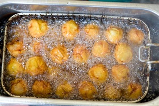Сырные пышки с томатным соусом