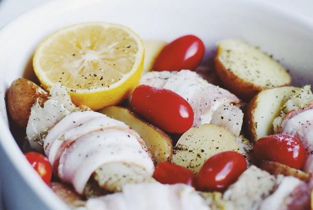 Треска, запеченная в духовке с картофелем, помидорами и беконом