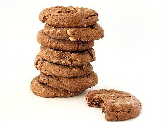Шоколадное печенье с фундуком в потрескавшейся глазури