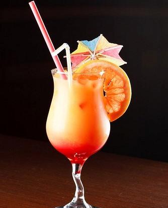Коктейль из шампанского и красных апельсинов