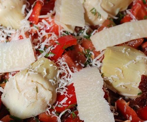 Поджаренные томаты с артишоками и хрустящим пармезаном