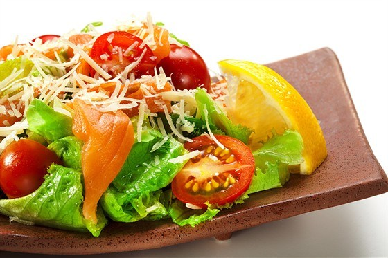 Лосось с салатом