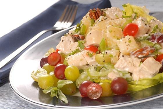 Фото к рецепту: Куриный салат с виноградом, орехами и каперсами