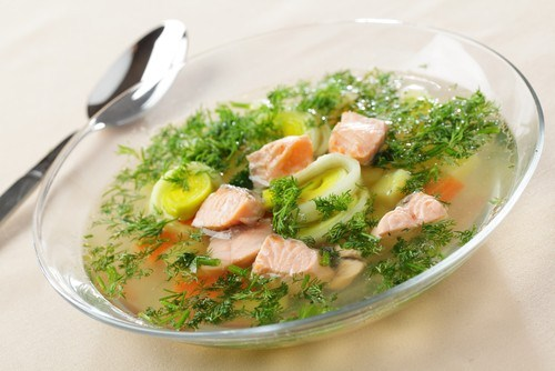 Суп из лосося с цукини и сельдереем