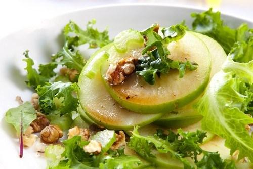 Яблочный салат с фетой и мятой