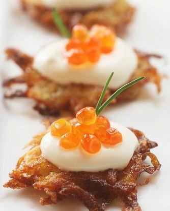 Картофельные латкес с йогуртом и красной икрой