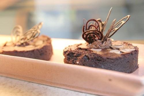 Брауни с кусочками шоколада и миндалем