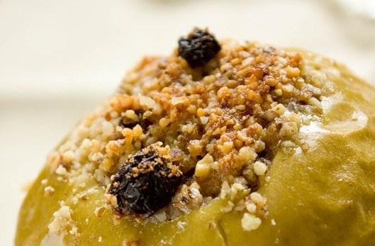 Яблоки, запеченные с орехами и медом