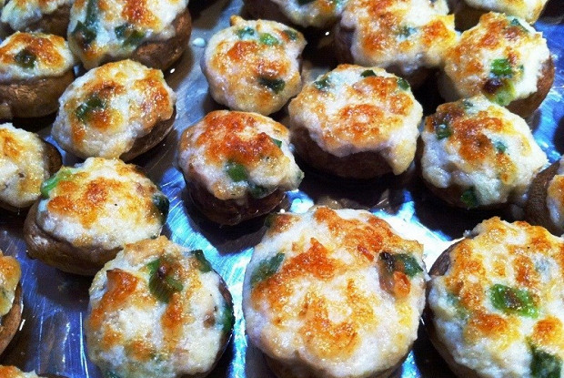 Грибы, фаршированные сладким перцем, запеченные под сыром